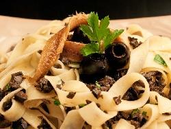 Талятели с аншоа, магданоз, чесън и черни маслини - снимка на рецептата